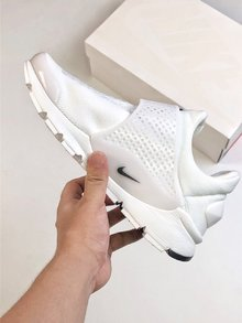 图3_Nike Sock Dart 独立日三色系列以纯红纯白和纯蓝打造的3 款全新配色 结合颇具现代感的鞋型设计 三款配带来十足的视觉冲击力 为你的夏季出街再添全新缤纷选择 SIZE 36 45