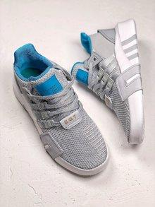 图2_EQT BASK ADV 复古与机能设计师从经典篮球鞋的内靴设计中撷取灵感 打造了结合复古与机能完美结合的鞋履 网眼与氯丁橡胶及绒面革结合 大幅提升了鞋款质感 而品牌旗舰的 TPU 支架与全新设计的白色 EQT 大底也出现其中 SIZE 36 45