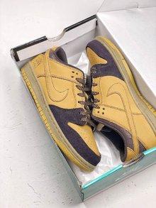 图1_NIKE Dunk SB LOW Lewis Marnell 传奇滑手联名1982 年出生于澳洲墨尔本的他 从 10 岁开始就被诊断出患有 I 型糖尿病 不得不随时靠注射胰岛素维持健康 眼前这双 Nike SB Dunk Mid Lewis Marnell 将他最喜欢的 Mid 鞋型及个人元素注入鞋身多个细节 并在鞋舌绣有 Lewis Forever 字样以示敬意 货号 AL1115 200 SIZE 39 45