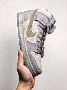 图3_Nike Dunk High Premium SB 星球大战 NikeSB推出的这款Dunk Hi Pro 其灵感来自于StarWars中霍斯星球上独有的Tauntaun雪兽 整体鞋面选用了高档小山羊皮制作而成 并以深浅灰色tone呈现 货号 313171 020 SIZE 36 45
