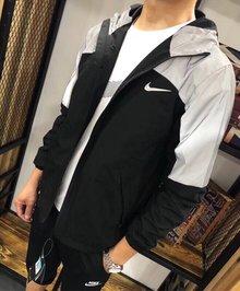 图1_746风衣 Nike耐克反光外套 闪闪闪 代购1千多 原厂原单面料 这个面料 手感软滑 不是薄面料 他是有厚度的 分量特足 衣服里整体全部包边 细节方面做的非常到位 拼色设计 简约大方 上半部分拼色为反光设计 给人不一样的感觉 很有腔调 胸前经典字母logo 使整件衣服看起来都不失单调 反光面料所制 具有比较强的反光效果 而且具有防水防风的效果 腋下两边都有数码打洞透气孔 所以不用担心闷热 NIKE原版印花面料以及制作工艺 每个细节都能体现出不一样的水准 不管怎么样 重点是品质 品质 能媲美专柜的货才是好货 上身挺括有型且不失舒适度 日常出行必备 做工更是没的说 这种货是绝对不能错过的 主推款 颜色黑拼灰S衣长66胸围102 肩宽43 5 袖长63 5M衣长68 胸围106 肩宽45 袖长65L衣长70 胸围110 肩宽46 5 袖长66 5XL衣长72 胸围114 肩宽48 袖长68XXL衣长74 胸围118 肩宽49 5 袖长69 5