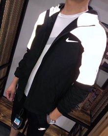 图2_746风衣 Nike耐克反光外套 闪闪闪 代购1千多 原厂原单面料 这个面料 手感软滑 不是薄面料 他是有厚度的 分量特足 衣服里整体全部包边 细节方面做的非常到位 拼色设计 简约大方 上半部分拼色为反光设计 给人不一样的感觉 很有腔调 胸前经典字母logo 使整件衣服看起来都不失单调 反光面料所制 具有比较强的反光效果 而且具有防水防风的效果 腋下两边都有数码打洞透气孔 所以不用担心闷热 NIKE原版印花面料以及制作工艺 每个细节都能体现出不一样的水准 不管怎么样 重点是品质 品质 能媲美专柜的货才是好货 上身挺括有型且不失舒适度 日常出行必备 做工更是没的说 这种货是绝对不能错过的 主推款 颜色黑拼灰S衣长66胸围102 肩宽43 5 袖长63 5M衣长68 胸围106 肩宽45 袖长65L衣长70 胸围110 肩宽46 5 袖长66 5XL衣长72 胸围114 肩宽48 袖长68XXL衣长74 胸围118 肩宽49 5 袖长69 5