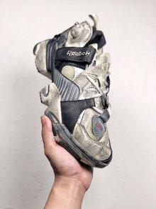 图3_Vetements x Reebok 复古主角做旧的老爹鞋新品 在它身上可以看到经典鞋型 Pump Fury 的诸多影子 粗犷的工业风笼罩 走在街头绝对有 100 的回头率 货号 CN2705 SIZE 40 45