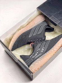 图1_adidas Originals Sobakov 潮流设计鞋型设计来自足球鞋款 鞋面变形的三道杠设计灵感来自 Predator 足球鞋 织物鞋面轮廓及宽厚的生胶鞋底酷似 Yeezy 350 潮流感十足 货号 B87040 SIZE 36 45