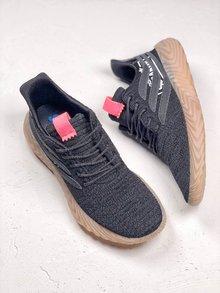 图2_adidas Originals Sobakov 潮流设计鞋型设计来自足球鞋款 鞋面变形的三道杠设计灵感来自 Predator 足球鞋 织物鞋面轮廓及宽厚的生胶鞋底酷似 Yeezy 350 潮流感十足 货号 B87040 SIZE 36 45