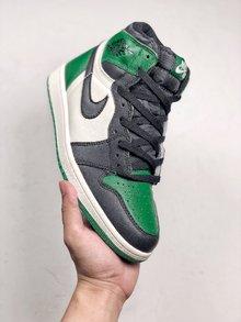 图3_NIKE Air Jordan 1 Pine Green 绿脚趾这双 Air Jordan 1 Pine Green 选用了黑白绿三色的配套方案 与经典的凯尔特人主队配色非常相似 既有 Air Jordan 1 的经典活力气质 又以清爽的绿色注入 上脚效果不俗 吸睛能力超强 人气不容 小视 货号 555088 302 SIZE 40 46