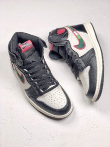 图2_Air Jordan 1 Sports Illustrated 全明星配色鞋款整体采用经典的黑白配色 红色的飞翼 Logo 点缀于鞋帮 侧面的 Nike Swoosh 同样被红色线条包围 内部注入体育画报中的雄鹿球衣元素 相比脚趾系列诚意不少 货号 555088 015 SIZE 40 46