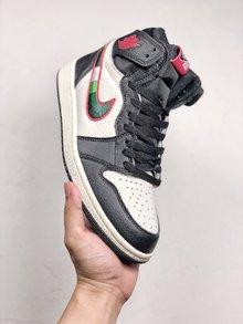 图3_Air Jordan 1 Sports Illustrated 全明星配色鞋款整体采用经典的黑白配色 红色的飞翼 Logo 点缀于鞋帮 侧面的 Nike Swoosh 同样被红色线条包围 内部注入体育画报中的雄鹿球衣元素 相比脚趾系列诚意不少 货号 555088 015 SIZE 40 46