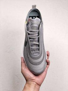 图3_OFF WHITE x Air Max 97 实物抢先曝光鞋身依旧延续了 OFF WHITE 解构风格 分别采用黑色与灰色进行渲染 百搭的同时又不丢失细节 黑色版本采用纯白 Swoosh 点缀 灰色版本则用彩色渐变 Swoosh 将鞋身整体点亮 SIZE 40 40 5 41 42 42 5 43 44 44 5 45