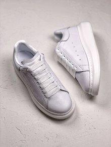 图2_MuQuuen 麦昆还记得风靡大街小巷的亚历山大 麦昆的小白鞋吗 不管是明星还是网红人脚一双呀 作为百搭的单品麦昆可以说是实至名归 35 44