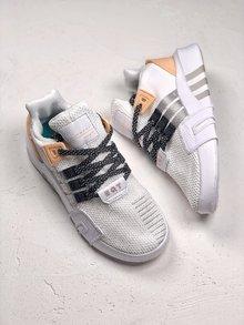 图2_EQT BASK ADV 复古与机能设计师从经典篮球鞋的内靴设计中撷取灵感 打造了结合复古与机能完美结合的鞋履 网眼与氯丁橡胶及绒面革结合 大幅提升了鞋款质感 而品牌旗舰的 TPU 支架与全新设计的白色 EQT 大底也出现其中 SIZE 36 40