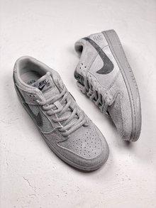 图2_Nike Dunk Sb x Reigning Champ 卫冕冠军继 Nike Air Force 1 X Reigning Champ 带来最火联名空军之后 NIKE再次为旗下经典鞋款 Nike SB Dunk带来此系列联名 此番联名依旧采用 低调灰色 选用质感麂皮做鞋面的同时搭配 3M 反光Logo呈现 货号 854866 169 SIZE 39 40 40 5 41 42 42 5 43 44 5 45