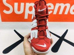 图3_爆款来袭nike air more Uptempo 俗称大air 大皮蓬 这是一双非常非常经典的篮球鞋 酷 他的出生是在1996年 诞生已经21年了 他有非常多的代言人比如皮蓬 巴克利 雷吉米勒在当时都有穿着过这双球鞋 得意 我个人觉得还是因为这双鞋子的外形 无论是你从哪个角度看向这双鞋 你都可以感受到它独特的设计感 可以说他是一双过目不忘的篮球鞋 鞋子的左右两侧巨大的AIR字样 配合鞋子多块开窗的AIR MAX气垫 阴险 鞋头这个刺绣的logo就让我想到了自己小学的时候穿过很多的nike的衣服裤子鞋子 非常好看 鞋面材料从初代的绒面材料到现在的合成皮 强 鞋带部分有一个类似松紧带的设计 他带来的实际包裹效果肯定不如现在的动态飞线 但是看上去还是非常怀旧的感觉 鞋带扣这里鞋带并不是固定上去的 而是简单的挂在这里 不拉紧鞋带肯定就掉下来了 鞋子的后跟还有一个粗绳子的拉手 现在很多实战篮球鞋都看不到这种东西了 这就是设计的魅力 市场唯一顶级版本 顶级复刻 出口订单 细致中底走线 零售后 非市面炸价缩工缩料和所谓的真标可比 标准码 36 44
