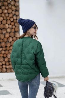 图2_高品质羽绒服棒球领小短款 简约百搭舒适 精致的雪花刺绣工艺 精美时尚 衣领是经典时尚的防风小立领设计 为你遮挡寒风 时尚插袋设计 增加了实用性 符合人体舒适度 实用性特别强的一个小短款 小个子MM极力推荐的一款 90白鸭绒 颜色 黑 红 绿 白 土豪金尺码 S M
