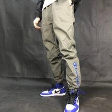 图3_Champion冠军新款侧面反光拉链工装裤 最顶级的工艺和大师级设计全部用上 如果非要说哪个款式最好看 我想这款裤子应该当之无愧称王 我亲自专柜试穿后就已经欲罢不能 真正的全天候装备面料 面料机能防水 整体裤子采用3D剪裁进行裁剪 穿起来完全跟随腿型 但是真正牛逼的地方不仅仅是表面 而是内层 你知道为什么这么火 但是市面上一直没有什么人会去仿这个裤子么 因为能进行制作这个裤子的工厂全中国只有3家 说的好像比较悬 因为我独家控货的这个款式 从年前拿到版开始 一直到现在出货 整整8个月 我对这个货的工艺一清二楚 复杂的工艺并不在外层 而是内层 听我好好跟你讲一下为什么中国没有几家能做的了这个裤子 首先抛开这个裤子的3D剪裁 你收到这个裤子会发现异常的挺拔 上身巨有型 完全不像普通裤子一样软榻 很多3D剪裁的裤子 即便是进行了3D制作 但是因为面料拼接偏软 所以导致穿起来并没有像这款这么好看 除了在外层进行了防水机能涂层 让裤子具有高效的防水性能以外 重点在内里 买完收到裤子的各位你们可以把裤子翻开看一下内面 首先是裤子的缝合点全部是压缝缝合 几乎在里面你是完全看不到有一个明线的 接缝处全部都是灌胶处理 这个灌胶的机器国内只有少数几家专门代工大厂才有 而且一般不接外来订单 好处就是 第一 绝对防水 第二 可以让裤子拼接起来后变得十分力挺 其次 就是裤子的能层侧面也全部进行了大面积压胶 平常我们看到一般比较昂贵的始祖鸟机能裤 最多是压胶条进行拼接 而像这种整片压胶进行拼合的几乎从未见过 也就是说 通俗讲就是这个裤子是前后把裤子先压胶成无数的裤片 然后在用灌胶的技术把整个裤子拼接在一起 人工平常3次上机就可以完成一条裤子 这个裤子要来来回回重复上机 复杂程度你自己想一下吧 所以 你穿上这个裤子 才会感觉无比的挺实 如果里面只是面料简单的缝合 是完全不会穿出这种效果的 逼逼了这么多 其实也只是想跟大家说明这真的是一条好裤子 又机能 又好看 运动和时尚进行结合 真的是难得这么好的裤子 良心推荐每个回头客人手一条 欢迎到手自己一探究竟颜色 黑色 卡其色 灰绿色尺码 M L XL XXL M 臀围 110裤长96 L 臀围 114裤长98 XL 臀围 118裤长100 XXL臀围122 裤长102