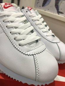 图2_Cortez是Nike历史上的慢跑鞋 也被称为 阿甘鞋 在电影 阿甘正传 里 阿甘穿着这双鞋跑遍了全美国 从此Cortez 红了 Cortez是由NIKE的创始人之一鲍尔曼设计的 其轻质 空气动力学构造一举击溃竞争对手 Cortez采用了椭圆形鞋头设计和水波纹的外底 并且通过脚踝部位的造型提高了舒适度 同时还增加了鞋垫部位的缓震 扁平的鞋带设计增加了流线造型 细腻的纹路显得立体有型 增添了层次感 设计感十足 经典运动鞋百搭有型 彰显运动风 路痴鞋底防滑减压 穿出安全感 材质是牛二皮舒适不开裂不掉皮 情侣穿起来超有feel 值得购买 颜色 黑白 红蓝尺码 36 44