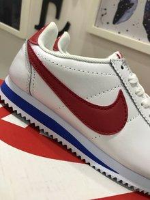 图3_Cortez是Nike历史上的慢跑鞋 也被称为 阿甘鞋 在电影 阿甘正传 里 阿甘穿着这双鞋跑遍了全美国 从此Cortez 红了 Cortez是由NIKE的创始人之一鲍尔曼设计的 其轻质 空气动力学构造一举击溃竞争对手 Cortez采用了椭圆形鞋头设计和水波纹的外底 并且通过脚踝部位的造型提高了舒适度 同时还增加了鞋垫部位的缓震 扁平的鞋带设计增加了流线造型 细腻的纹路显得立体有型 增添了层次感 设计感十足 经典运动鞋百搭有型 彰显运动风 路痴鞋底防滑减压 穿出安全感 材质是牛二皮舒适不开裂不掉皮 情侣穿起来超有feel 值得购买 颜色 黑白 红蓝尺码 36 44