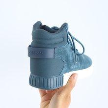 图3_蓝爆款来袭 独家出货阿迪椰子750 许多刚接触Tubular的鞋迷会觉得这是一个新的系列 其实在1993年Tubular的元年版本就诞生了 颠覆了人们对跑步鞋的固有印象 设计灵感源于汽车轮胎 所以在鞋面上可以看到三条杠被设计成了类似于管道的样子 鞋面只有三个鞋带孔也开创了当时的先河 这是一款嫁接了元年Tubular 93 如今这款鞋已经拥有无数版本 各种面料的运用使得它可塑性极强 优质猪八革面生胶分段拼接外底简约时尚 防滑的耐磨鞋底 凸显独特的做工品质 天猫品质 原装版本 多层网面1 1原版配置 打压一切版本随意比对 官方正码 尺码 40 44