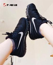 图3_上脚图 Nike Air Max 2017 耐克经典全掌气垫缓震跑鞋 黑武士 情侣款跑步鞋 flymesh透气鞋面搭配独特纹理 带来出色支撑 全掌Air max气垫 无论是视觉上还是配置 都成为鞋子的一大亮点 令人震撼 鞋子整体拥有柔顺的弧线 侧面是简单的黑银色搭配耐克大勾子标志 呈现另类独特的青春活力 3M反光swoosh标识 可有效提升夜跑的安全性 另一方面也是潮流酷感哦 科技感十足的透明鞋底 轻质缓震 能够保证运动轻松自在 货号 849559 001 尺码 36 44 男女全码