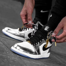 图2_在来一波 air jordan1 电镀银 伦纳德马刺 乔丹一代篮球运动鞋 傲慢 经典配色 青春飞扬 全真皮用料 精致做工 硬货质保 超强抓地力 让你在运动中更好的发挥水准 休闲中配搭牛仔裤也耀眼 有个性的年轻人请注意 各位心心念的Nike耐克AJ1 跑量款 价格心动 即便学生也无压力 献给你们的第一双篮球鞋 强 AJ1 是耐克乔丹系列的第一款正代篮球鞋 诞生于1985年 因为这是NBA第一双黑红配色的鞋子 所以也让大家第一眼记住了它 由这双鞋子又衍生出了另一款经典复古鞋款 NikeDunk 机智 市场唯一正确版本 顶级复刻 出口订单 细致中底走线 零售后 非市面炸价缩工缩料和所谓的真标可比 标准码 40 44