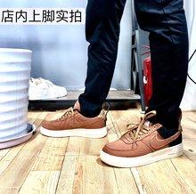 图1_工装鞋领先专柜 专柜1999 Carhartt Nike Air Force1 空军一号工装鞋 美国工装巨头卡哈特首次和空军系列的联名之作 是nike系列稀有的帆布鞋面 秋天的颜色 落叶的颜色 秋季必入鞋 采用当下特别流行的非对称设计 两侧不对称感的鞋面真的很潮 搭配C家的主色调沉稳棕色 绝对能适合所有人 后跟加绒是为你的脚踝保暖 贴心实用的设计 所有铜扣都是定制五金 不褪色不生锈 放心使用 后跟设计很独特 扣子可以闭合 原版1 1复刻 每一个细节都到位 鞋底内置气垫 脚感踩屎一样软 没买过工装鞋的各位是时候入手了 男女都有 36到44