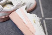 图2_爆款来袭 彪马松糕厚底休闲运动鞋 PUMA Basket Platform 蕾哈娜厚底松糕鞋女鞋休闲板鞋 要一双 抗脏 舒适又百搭的 增高 运动鞋 Rihanna PUMA Suede Creeper绝对是你的不二选择噢 机智 每双都超想拥有 自2014年 PUMA就开始了与蕾哈娜的合作 因为当时前有adidas nike等知名大牌 后有New balance这个后起之秀 在四处夹击的情况下 PUMA漫漫自救途中求索的道路之一就是明星效应 而选择蕾哈娜作为品牌创意总监就充分说明了这一点 耶 也许你会问 黎超模不是唱歌的么 她什么时候做起设计师了 还记得那明星人手一双的板鞋么 就是黎超模的杰作啊 黎超模自从和PUMA合作以来 先后推出的PUMA 令全球疯狂 在黎超模的手下PUMA不仅是运动品牌 而且成为盛产潮流单品的潮牌 尤其是2015年操刀打造的Creeper可以说是PUMA史上最成功的鞋款之一 每有新款发布均能迅速售空 彪马近期在运动鞋市场占有率越来越高 旗下 酷 代言人已不仅仅是停留在竞技场上的运动员 明星效应为其增色不少鹿晗 Kylie 刘雯 Cara等等顶级走线做工 至尊猪八革天猫品质 原装版本毕竟是公司级货 品质大大的放心 情侣款 男女穿都非常的好看 官方正码 36 39