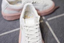 图3_爆款来袭 彪马松糕厚底休闲运动鞋 PUMA Basket Platform 蕾哈娜厚底松糕鞋女鞋休闲板鞋 要一双 抗脏 舒适又百搭的 增高 运动鞋 Rihanna PUMA Suede Creeper绝对是你的不二选择噢 机智 每双都超想拥有 自2014年 PUMA就开始了与蕾哈娜的合作 因为当时前有adidas nike等知名大牌 后有New balance这个后起之秀 在四处夹击的情况下 PUMA漫漫自救途中求索的道路之一就是明星效应 而选择蕾哈娜作为品牌创意总监就充分说明了这一点 耶 也许你会问 黎超模不是唱歌的么 她什么时候做起设计师了 还记得那明星人手一双的板鞋么 就是黎超模的杰作啊 黎超模自从和PUMA合作以来 先后推出的PUMA 令全球疯狂 在黎超模的手下PUMA不仅是运动品牌 而且成为盛产潮流单品的潮牌 尤其是2015年操刀打造的Creeper可以说是PUMA史上最成功的鞋款之一 每有新款发布均能迅速售空 彪马近期在运动鞋市场占有率越来越高 旗下 酷 代言人已不仅仅是停留在竞技场上的运动员 明星效应为其增色不少鹿晗 Kylie 刘雯 Cara等等顶级走线做工 至尊猪八革天猫品质 原装版本毕竟是公司级货 品质大大的放心 情侣款 男女穿都非常的好看 官方正码 36 39